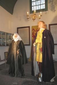 Presentatie van de gereconstrueerde Willem en Hilde in de Watervlietkapel. Op de achtergrond de predikantborden.
